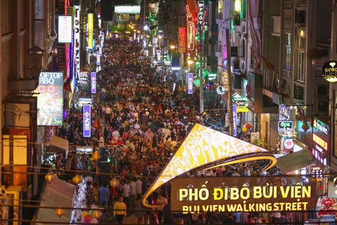 Sài Gòn rực rỡ trong biển người đêm Giáng sinh - Ảnh 19.