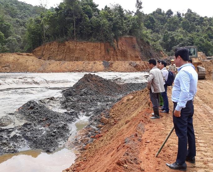 Khắc phục vụ vỡ hồ chứa bùn thải tại Nghệ An vào ngày 9-3 Ảnh: đức ngọc