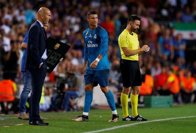Đẩy trọng tài, Ronaldo đối mặt với án phạt - Ảnh 5.