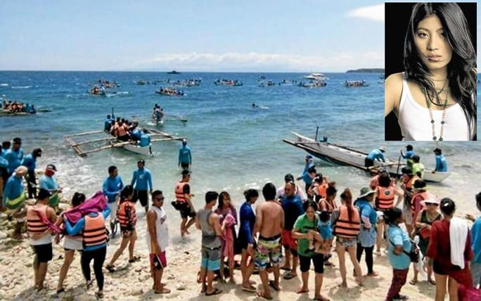 Công chúa Thái Lan Sirivannavari Nariratana (góc phải) đã đến làng Tan-awan ở thị trấn Oslob để bơi cùng cá mập voi. Ảnh: OSLOB POLICE AND PINTEREST