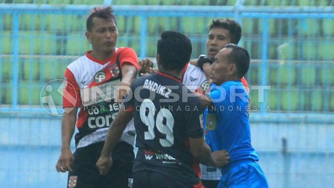 Indonesia: Cầu thủ đánh nhau như giang hồ hỗn chiến - Ảnh 1.