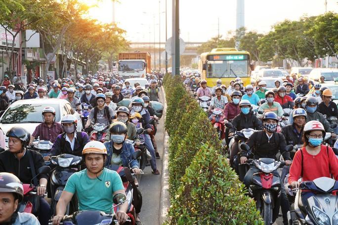 Đường Phạm Văn Đồng kẹt xe từ trưa đến tối - Ảnh 2.