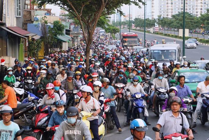 Đường Phạm Văn Đồng kẹt xe từ trưa đến tối - Ảnh 1.