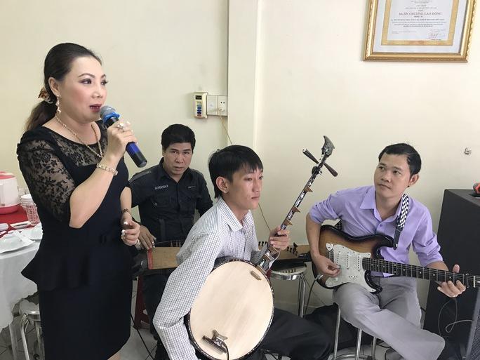 NSƯT Cẩm Tiên ca những bài ca cổ trong ngày cúng giáp năm soạn giả - NSND Viễn Châu