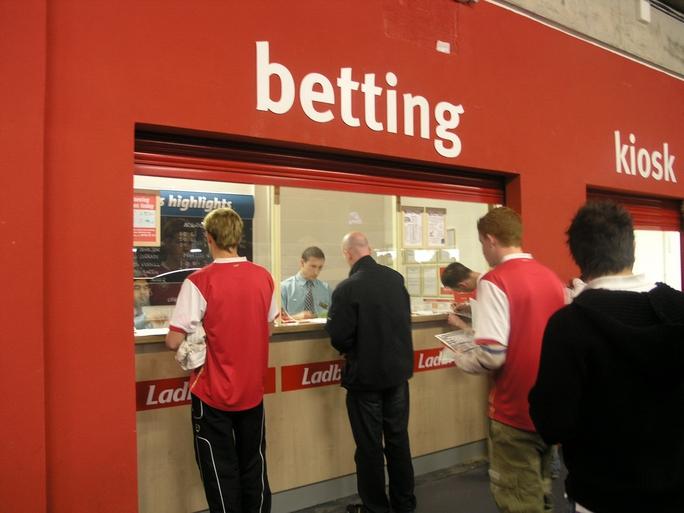 Quầy đặt cược tại sân Emirates của CLB Arsenal ở London - AnhẢnh: Đào Tùng