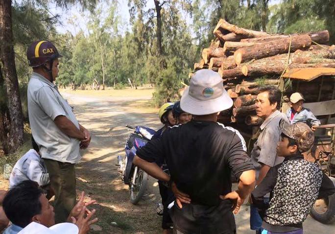 Người dân ngăn chặn HTX phá rừng (ảnh cắt từ clip)