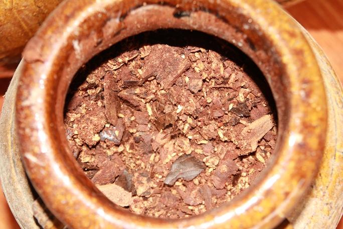 Rượu được đưa vào ché để ủ