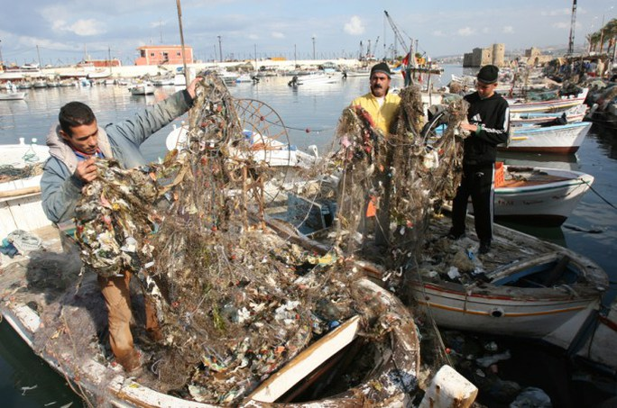 Lebanon di dời núi rác xuống biển - Ảnh 1.