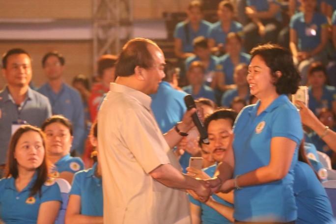 Thủ tướng bắt tay chị Nguyễn Thị Phương Thảo, KCN Phú Bài (Thừa Thiên-Huế).