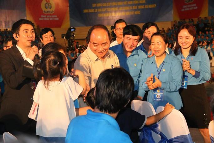 Thủ tướng Nguyễn Xuân Phúc niềm nở với công nhân