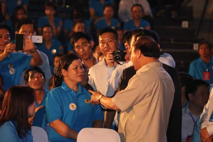 Thủ tướng Nguyễn Xuân Phúc trực tiếp trả lời công nhân