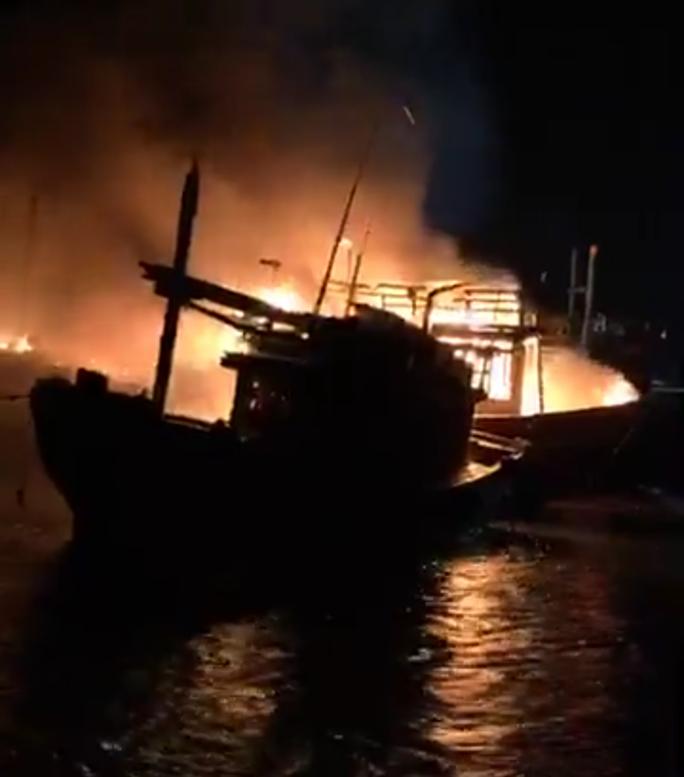 Hỏa hoạn thiêu rụi 4 tàu cá của ngư dân trong đêm - Ảnh 1.