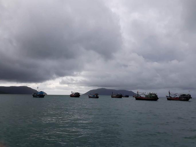 Áp thấp tiến vào, Côn Đảo bị ngập trong mưa lớn - Ảnh 1.