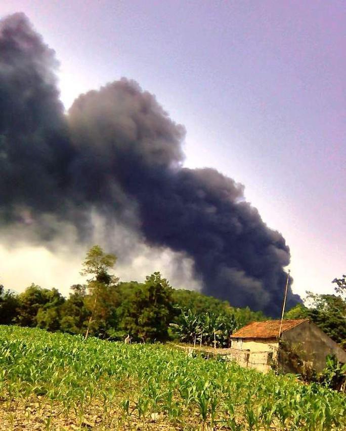 Video clip cháy kinh hoàng tại xưởng tái chế lốp xe cũ sau tiếng nổ - Ảnh 2.