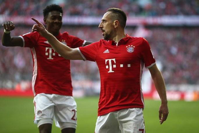 Ribery và đồng đội vui mừng sau bàn mở tỉ số