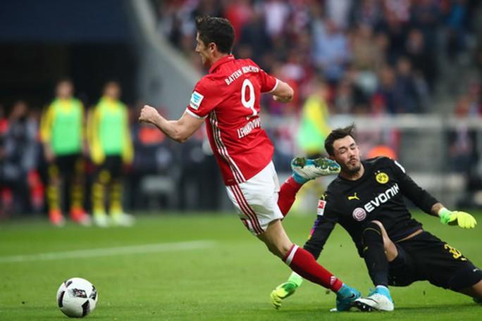 Lewandowski bị Burki phạm lỗi, dẫn đến quả phạt đền phút 65