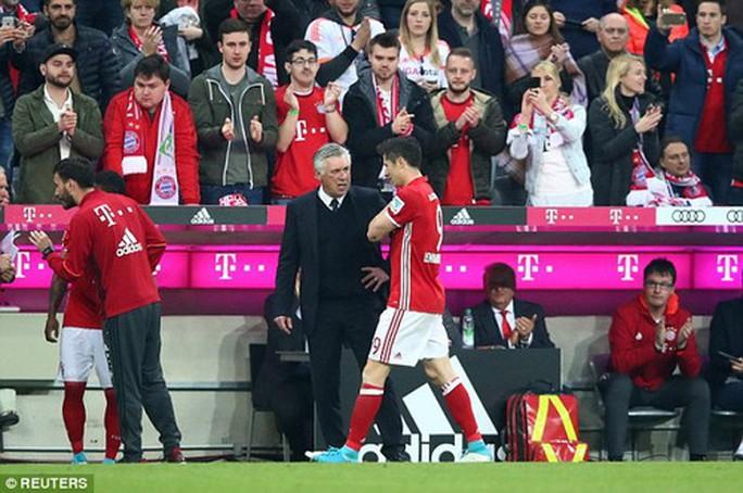 Lewandowski ôm vai, HLV Ancelotti và cả Bayern Munich lo lắng