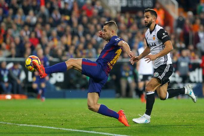 Trọng tài quyết phá, Barcelona suýt trắng tay ở Mestalla - Ảnh 4.