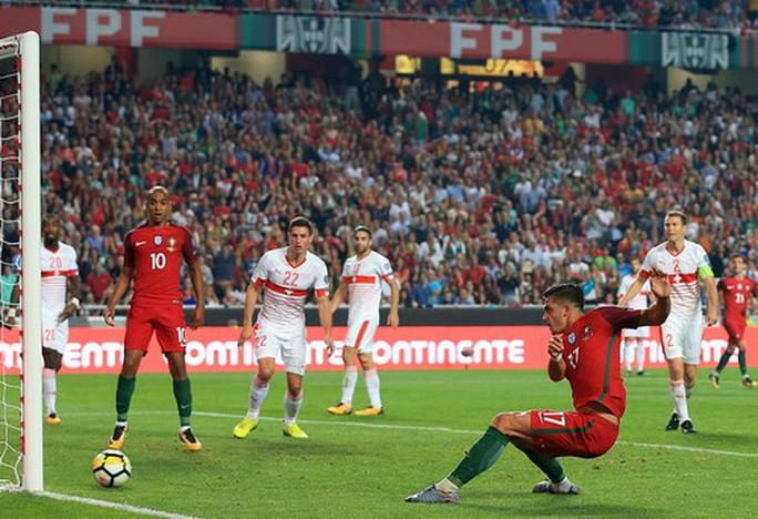Ngược dòng ngoạn mục, Bồ Đào Nha đoạt vé đến World Cup - Ảnh 2.
