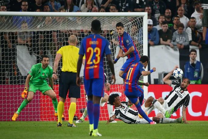 Chiellini để bóng chạm tay nhưng Barcelona bị từ chối quả phạt đền
