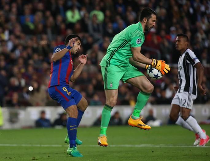 Thủ thành Buffon hóa giải mọi đường bóng tấn công của Barcelona