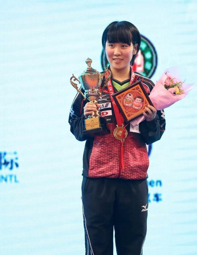 Miu Hirano nhận cúp vô địch