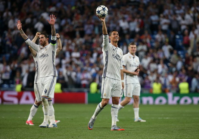 Ronaldo được nhận quả bóng sau cú hat-trick trong trận