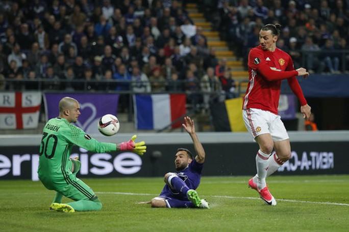 Ibrahimovic lỡ cơ hội mở tỉ số sớm cho Man United