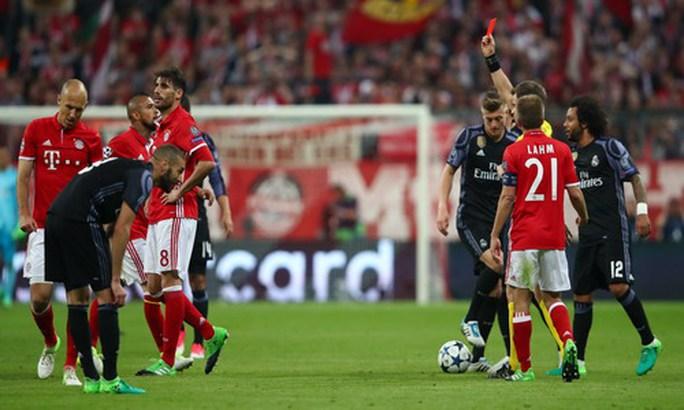 Javi Martinez nhận thẻ đỏ, đẩy Bayern vào thế khó
