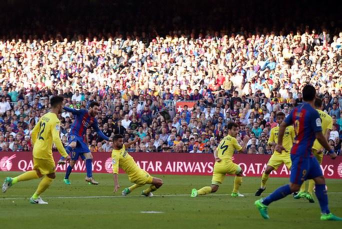 Messi lập siêu phẩm, Barcelona giữ chắc ngôi đầu La Liga - Ảnh 3.