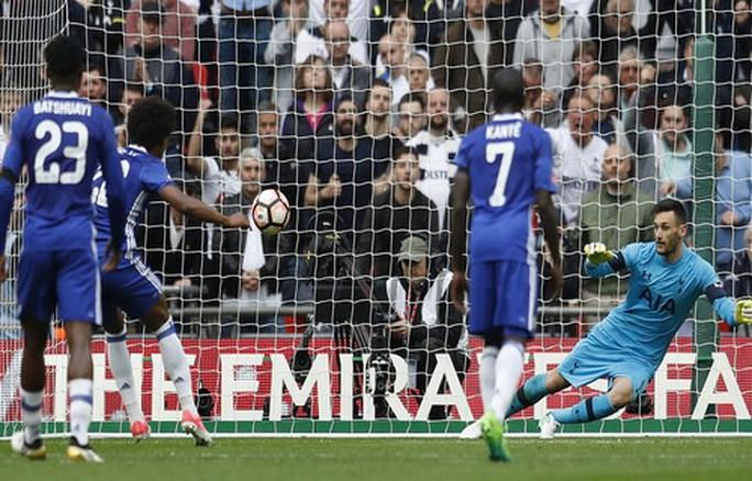 Willian ghi bàn thứ nhì từ chấm phạt đền, làm thay công việc của Hazard và Costa