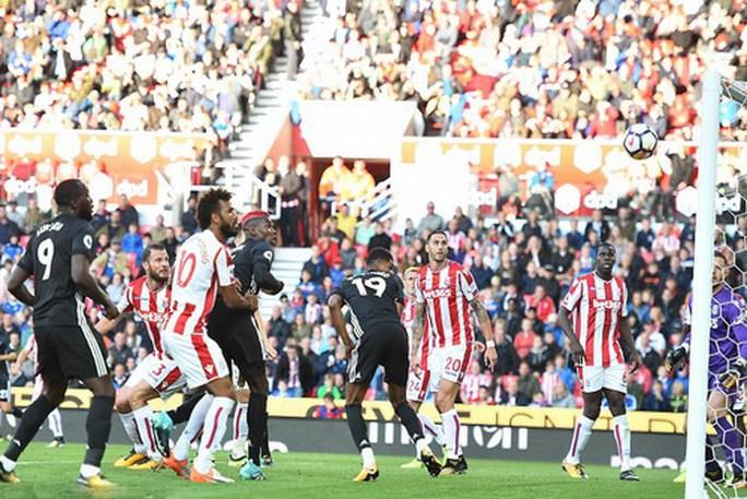 Công làm thủ phá, Man United mất điểm ở Britania - Ảnh 3.