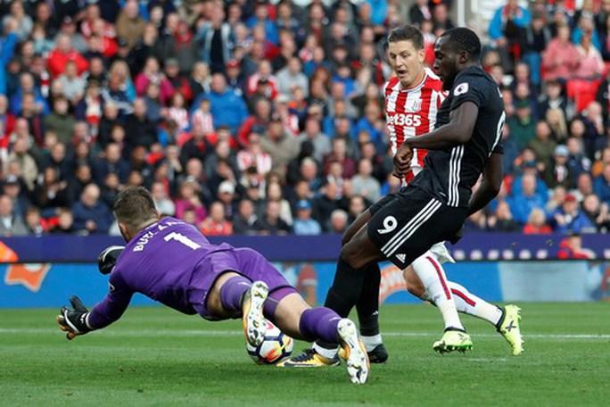 Công làm thủ phá, Man United mất điểm ở Britania - Ảnh 4.