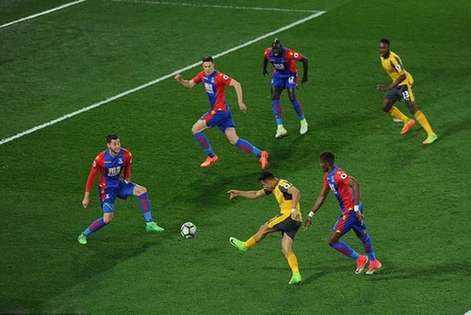 Các chân sút Arsenal luôn bị bao vây chặt trong những lần tấn công