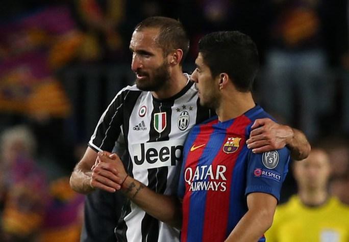Cựu thù Chiellini an ủi luis Suarez sau trận đấu