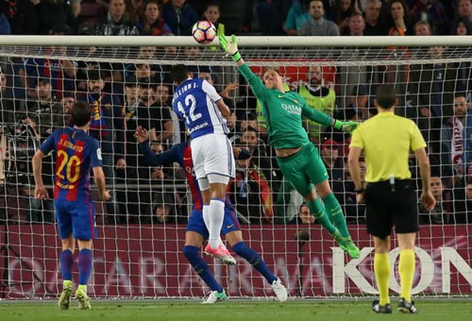Hàng thủ khiến thủ thành Ter Stegen vất vả với 2 bàn thua trong 3 phút