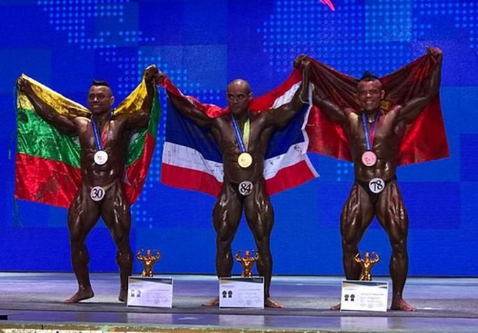 Trần Hoàng Duy Phúc (phải) - HCĐ hạng 65 kg nam