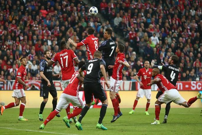 Hàng công Real Madrid lấn sân chủ nhà Bayern Munich