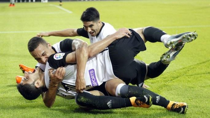 Trọng tài tặng 3 điểm, Barcelona tăng tốc dẫn đầu La Liga - Ảnh 7.