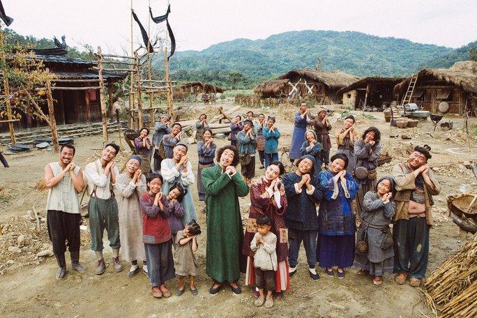 Biến cả ngôi làng trở nên hạnh phúc trong sự ngu ngốc