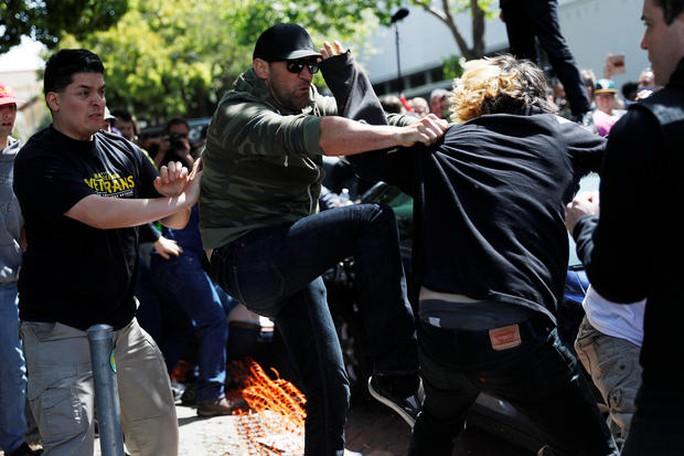 Cuộc đụng độ giữa người ủng hộ và phản đối ông Donald Trump. Ảnh: Reuters