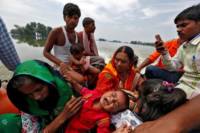 Lũ lụt tàn phá Nam Á, hơn 1.200 người thiệt mạng - Ảnh 3.