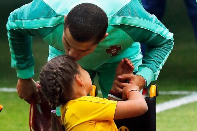 Nụ hôn đẹp của Ronaldo tại Confederations Cup 2017 - Ảnh 3.