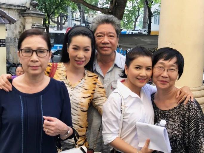 NSƯT Nguyễn Công Ninh yểm trợ tinh thần cho Ngọc Trinh tại Tòa  - Ảnh 3.