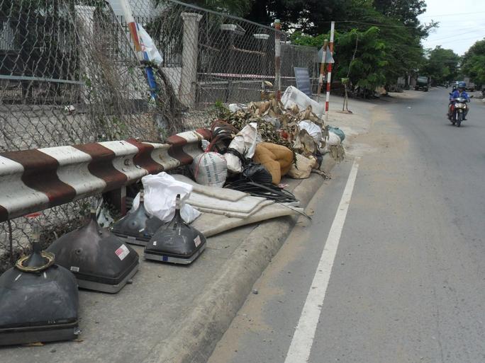 Biến chân cầu thành bãi rác - Ảnh 1.