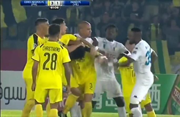 Tiền đạo Samson đấm vào mặt cầu thủ của đội Ceres Negros