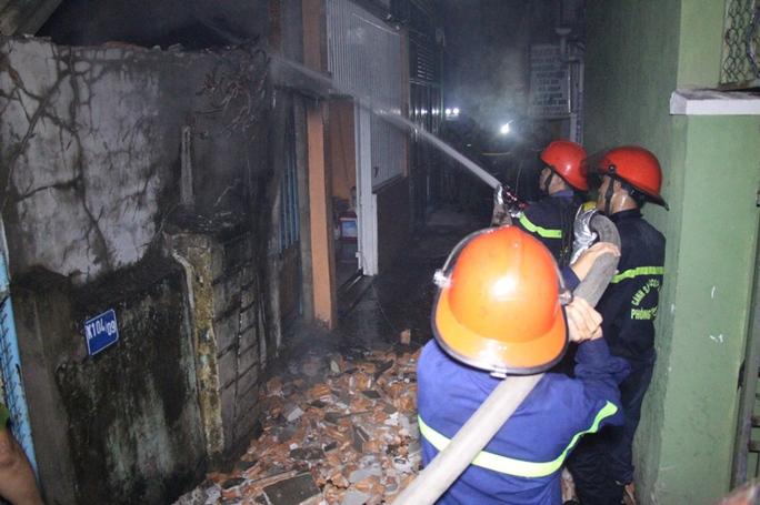 Sau hơn 1 tiếng đồng hồ tích cực chữa cháy, lực lựợng chữa cháy đã dập tắt được vụ hỏa hoạn( Ảnh: Mai Vinh)