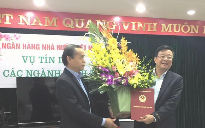 Ông Nguyễn Quốc Hùng (bên phải) nhận quyết định bổ nhiệm giữ chức Vụ trưởng Vụ Tín dụng, NHNN