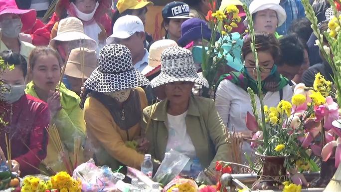 Lượng người đổ xô về Mẹ Nam Hải ngày một đông