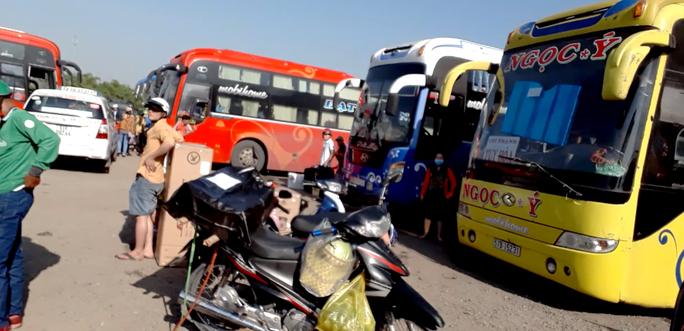 Khi thấy lực lượng Thanh tra nhiều xe khách nằm trong bãi xe 391, 397 Đinh Bộ Lĩnh không dám di chuyển chở khách.